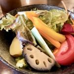 イタリアンバジル - サラダは数種類のお野菜が盛られ、美味しい。