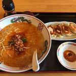 """好吃餃子 - """"ちょっと欲張りセット""""「半 焼ギョーザ+担担麺」(920円)。"""
