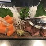 すし居酒屋 樽 - 八戸前沖〆サバ刺(700円)と海峡サーモン刺(700円)