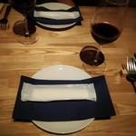 AOZORA - テーブルセッティングとグラスワイン