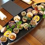 柚木元 - 先付盛込  ショウゴンジと信州牛甘辛炊き、ムラサキアンズ茸の胡麻浸し、サツマイモのツルのキンピラ、イグチの大根おろし和え
