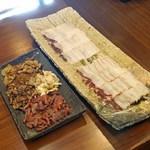 柚木元 - 熊と天然茸の鍋の具材