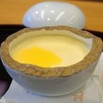 柚木元 - 自家製のなめらかプリン パッションフルーツの果汁がけ