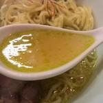 117389373 - 茶塩そばの「スープ」