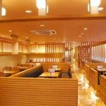 とんかつ武蔵 - 広々とした店内。総客席90席、大人数でもお楽しみいただけます。