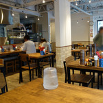 麺屋 博まる - 店内も明るくオシャレな食堂といった感じで、女性も気軽に入れる雰囲気です。