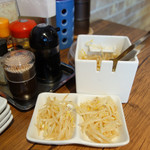 麺屋 博まる - 卓上には、サービスのモヤシが置いてありました。