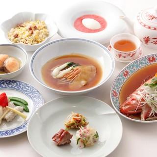 落ち着いた雰囲気の店内で、本格広東中華料理をご堪能ください。