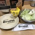 大阪新世界元祖串かつ だるま - サービスキャベツ