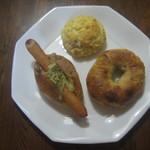 hohoemi - 練乳とクランベリーのスコーン&オレンジとクリームチーズ&モッツァレラと粗挽きソーセージのドック
