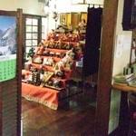 ナナコーヒーショップ - 広いお店の中には雛人形が飾られていました。
