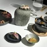 117420366 - 化石の上の料理たち