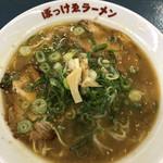 117421641 - 看板メニューのぼっけゑラーメン。鶏ガラ濃厚醤油スープに細麺が良く合います。