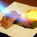 個室肉バル がむしゃら - 和牛ロースの炙り肉寿司を炙っているところ