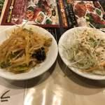 南国亭 - セルフサービスのサラダとキムチ