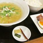 創作中華料理 縁 - 塩らーめんセット (麺をハーフサイズ)。