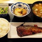 丸惣 - サバ味噌焼き(190円)、小松菜のからし和え(120円)、煮物(100円)、とん汁(大260円)、ごはん(小150円)
