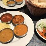 マントラ - 左手前から豆、野菜、チキン(こぼれた)、辛い玉子