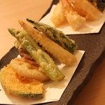 季寄 武蔵屋 - 料理写真:大海老の天ぷらをはじめ、季節の野菜や食材の天ぷらもご用意しております。