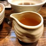 櫻井中華そば店 - スープ割はこの容器で提供される(熱々なので取り扱い注意)