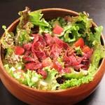 STEAK HOUSE & BBQ BALCONIWA - 【パストラミビーフサラダ】当店オリジナルのドレッシングでお肉との相性抜群なサラダです。