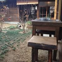 カフェ 陽溜 - 店内は禁煙ですが、中庭に喫煙席があります。