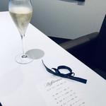 117486579 - シャンパーニュで乾杯♡ロゴ入りリボンがかわいい。