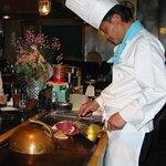 ステーキハウス亜伊由 - 目の前の鉄板焼きステーキをご賞味下さい。