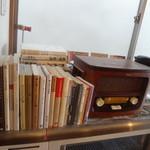 ウドンスタンド五頭 - 2Fのテーブル席で本、雑誌、新聞が読めます♪