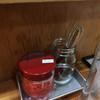 火星カレー - 料理写真:卓上トッピングは紅しょうが一本勝負。「取りすぎ厳禁」は気づかい? ビールサンプルが上に並ぶ
