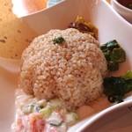 カフェ山猫軒 - ライスは玄米かな、ハパド、お漬け物の数々