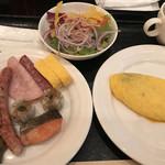 117527769 - 朝食ビュッフェ2640円(総額)。生野菜、オムレツなど。オムレツはエッグステーションでの提供ですが、具材を自分で取るタイプ。苦手です(・・;)