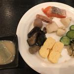 117527784 - 朝食ビュッフェ2640円(総額)。よもぎ麩の白味噌仕立て、だし巻き卵など。さすが京都という感じで、お出汁の使い方が絶妙です(╹◡╹)