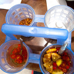 ティーヌン - 卓上の調味料4種。簡単に言えば、魚醤、果実酢、唐辛子、砂糖。
