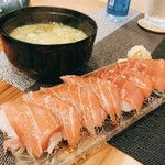 錦江湾 - 本まぐろ 中トロ お寿司[たぶん8貫950円]、奥は味噌汁[200円]