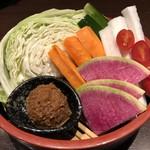 117558886 - 彩野菜の桶盛り