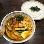 117560818 - 知床鶏と野菜のスープカレー、舞茸・フライドガーリックトッピング(¥2218)