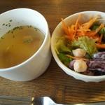 117571112 - パスタセットのサラダとコンソメスープ