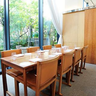 緑を眺めながら食事ができる、開放感のあるカジュアルな店内