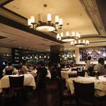 117584301 - 広々とした空間に贅沢な丸テーブル。エレガントで優雅な雰囲気です!