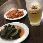 中国料理 九龍居 - 料理写真:ピリ辛きゅうり、キムチ、ビール