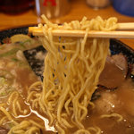 火の国文龍 - 文龍とんこつ黒 細麺の縮れ麺です