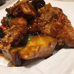 浜木綿 - ヒレ肉の黒酢和酢豚  ヒレ肉は柔らかく、さつまいもが甘い  生麩が入ってる? キクラゲでかい