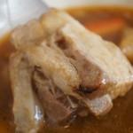 スープカレー トムトムキキル - 脂身と赤身のバランスがある豚肉