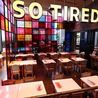 一見中華料理店には見えない、開放感抜群のデザイン空間