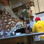 117637239 - ピザは大きな石窯で焼かれます