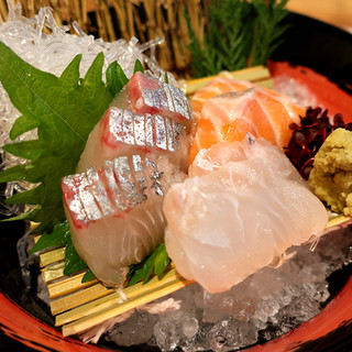 毎日仕入れる鮮魚はお刺身や焼き魚、新鮮なアジフライでご提供!