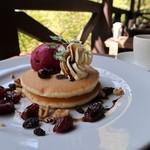 山小屋カフェ エーデルワイス - ぶどうのコンポートとマスカルポーネクリームのパンケーキ