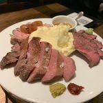 原価ビストロBAN! - 肉盛り合わせ 選べる3種(200g) 2,500円 6種類から選べました。トーストビーフ、 牛タンのトリミングステーキ、ローストポークをチョイス。 主人が、ラム、鴨、ダックが苦手なんです。 それぞれにソースが違っていて、嬉しい。トリュフソースもありました。 牛タンが美味しかった。全部のお肉、満足でした。 マッシュポテトがたっぷり。