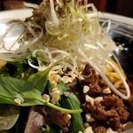 四川担々麺 赤い鯨 - 肉みそ、ナッツ、リーフ